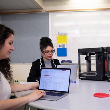 Lehrpersonen arbeiten mit MakerBot Sketch